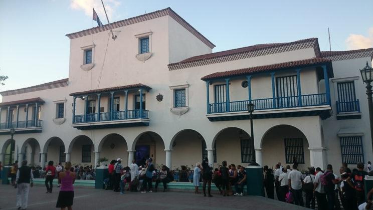 Santiago de Cuba - Die Leute stehen Schlange um sich im Kondolenzbesuch für Fidel einzuschreiben