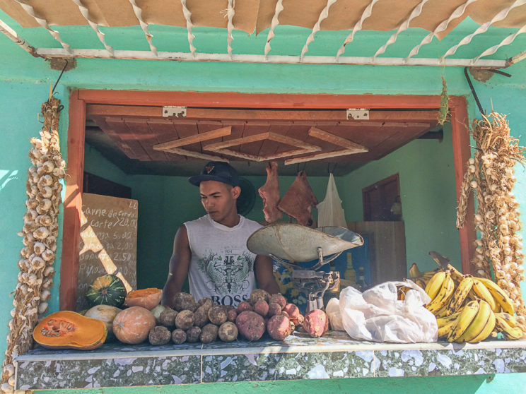 Einfacher Lebensmittelladen am Strassenrand